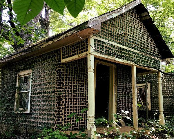 Ejemplo de una casa con paredes hechas a base de reutilización de botellas