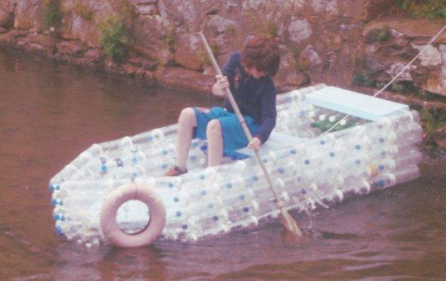 Crear un bote con botellas con materiales plásticos es otra idea con mucha imaginación