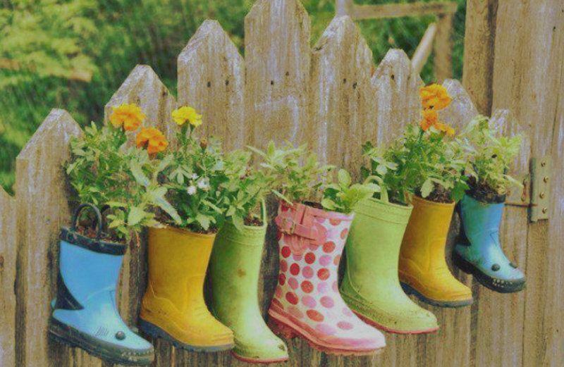 Reutilizar viejas botas en forma de macetas es una idea creativa y sencilla para darle nueva vida a esos viejos calzados de lluvia